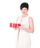 Коробка подарка владением улыбки бизнес-леди счастливая в руках. Стоковое фото RF