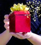Коробка подарка в руках женщины Стоковая Фотография