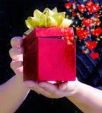 Коробка подарка в руках женщины Стоковые Фотографии RF