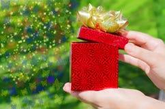 Коробка подарка в руках женщины Стоковые Изображения RF