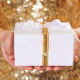 Коробка подарка в руках женщины Стоковые Изображения