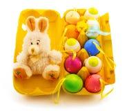 Коробка подарка желтая с декоративными зайчиком, пасхальными яйцами цвета и хиом Стоковые Фотографии RF