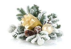 Коробка подарка и декор рождества на снежной ели Стоковое Изображение RF