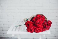 Коробка подарка и красные розы Настоящий момент на день валентинки для женщины Стоковые Изображения