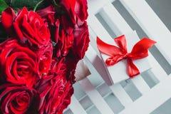 Коробка подарка и красные розы Настоящий момент на день валентинки для женщины Стоковая Фотография RF