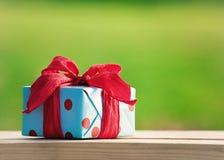 Коробка подарка на деревянной таблице Стоковое Фото