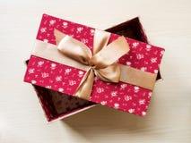 Коробка подарка на поле Стоковое Изображение RF