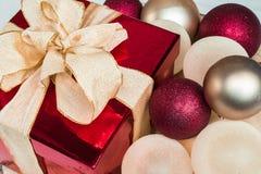 Коробка подарка рождества и baubles Стоковые Фото