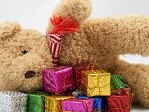 Коробка подарка с плюшевым медвежонком Стоковые Фотографии RF