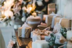 Коробка подарков первоклассного рождества ручной работы представляет с коричневыми смычками Селективный фокус стоковая фотография