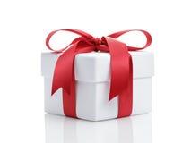 Коробка подарочной обертки белизны с красным смычком ленты Стоковые Изображения RF