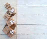 Коробка праздничного подарка на деревянной предпосылке Упаковывая обруч подарка и Стоковые Фото