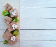Коробка праздничного подарка на деревянной предпосылке Упаковывая обруч подарка и Стоковые Изображения RF