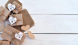 Коробка праздничного подарка на деревянной предпосылке Упаковывая обруч подарка и Стоковые Изображения