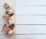 Коробка праздничного подарка на деревянной предпосылке Упаковывая обруч подарка и Стоковая Фотография