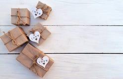 Коробка праздничного подарка на деревянной предпосылке Упаковывая обруч подарка и шпагат лент Стоковая Фотография