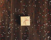 Коробка праздничного подарка рождества на украшенной праздничной таблице Стоковое Фото