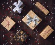 Коробка праздничного подарка рождества на украшенной праздничной таблице Стоковая Фотография