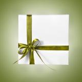 Коробка праздника присутствующая белая с зеленой лентой на предпосылке градиента Стоковая Фотография RF