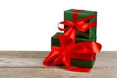 Коробка праздничного подарка дня рождения в упаковочной бумаге изолированной на белизне Стоковая Фотография RF