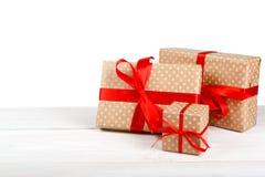 Коробка праздничного подарка дня рождения в упаковочной бумаге изолированной на белизне Стоковые Фото