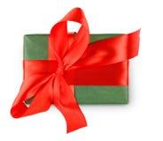 Коробка праздничного подарка дня рождения в упаковочной бумаге изолированной на белизне Стоковое фото RF
