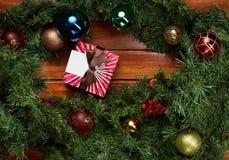 Коробка рождества подарка на деревянной предпосылке Стоковые Изображения RF