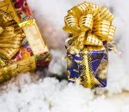 Коробка рождества - подарок украшенный с смычком Стоковое Изображение RF