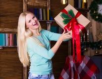 Коробка рождества, пуловер бирюзы, потеха Стоковая Фотография RF