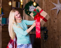 Коробка рождества, пуловер бирюзы, потеха Стоковое фото RF