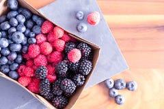 Коробка свежих сезонных ягод осени Стоковое Фото