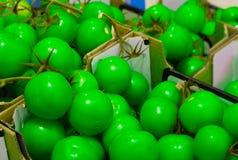 Коробка свежих томатов в супермаркете стоковые фото