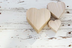 Коробка сердца деревянная на белой древесине Стоковые Изображения