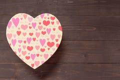 Коробка сердца на деревянной предпосылке с пустым космосом Стоковое фото RF