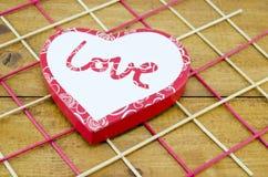 Коробка сердца форменная на украшенной таблице Стоковая Фотография