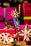 коробка смычка смогл стороны выдвинутого подарка золотистые красные Стоковые Фотографии RF