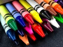 Коробка совершенно новых Crayons стоковое изображение rf