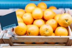 Коробка с апельсинами на стойке в продовольственном магазине, никто стоковое изображение