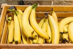 Коробка с зрелыми бананами в продовольственном магазине, никто стоковое изображение rf