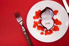 Коробка с кольцом, сервировка стола на красной предпосылке день ` s валентинки концепции - Изображение стоковые фото