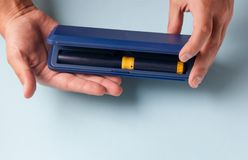 Коробка с комплектом игл, ампула с медицинской подготовкой и шприц для subcutaneous впрысок гормонального preparati Стоковые Фото