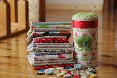 Коробка с много малая подушка для игл фото Стоковое Изображение