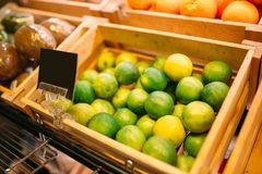 Коробка с плодоовощами на стойке в продовольственном магазине, никто стоковое фото rf