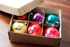 Коробка с яркими шариками рождества Стоковое Фото