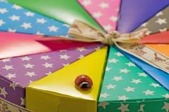 Коробка цвета для тортов, помадки и сюрпризов с лентой изображение подарка проверки коробок мое портфолио подобное стоковые изображения