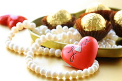 Коробка шоколадов и перлы Стоковая Фотография
