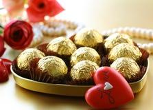 Коробка шоколадов и перлы Стоковые Фотографии RF