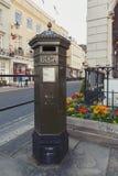 Коробка штендера Великобритании, свободно стоящая коробка столба, который будет собирать королевская почта Великобритании, распол стоковые изображения rf
