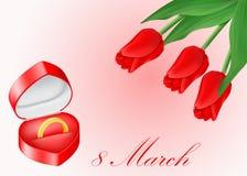 Коробка ювелирных изделий с золотистыми кольцом и букетом красных тюльпанов Стоковая Фотография RF