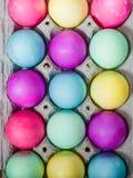 Коробка яичка красочных покрашенных пасхальных яя Стоковое Изображение